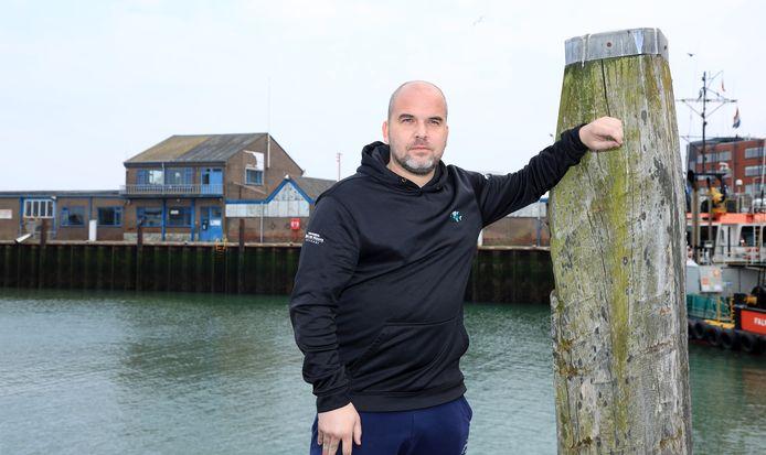 Vishandelaar Mike de Houck met op de achtergrond de vismijn