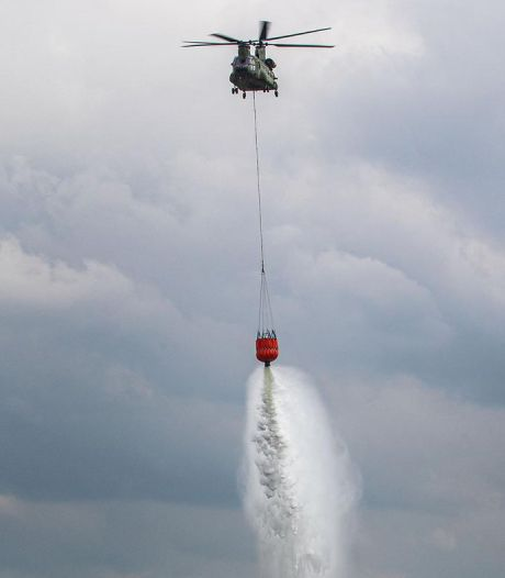 Nederlandse helikopters helpen Albanezen bosbranden blussen