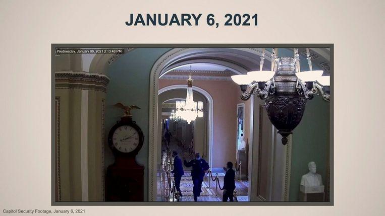 De Republikeinse senator Mitt Romney wordt op 6 januari, net voordat de menigte binnenstormt, door een medewerker van het Capitool weggeleid. Beeld U.S. Senate via REUTERS