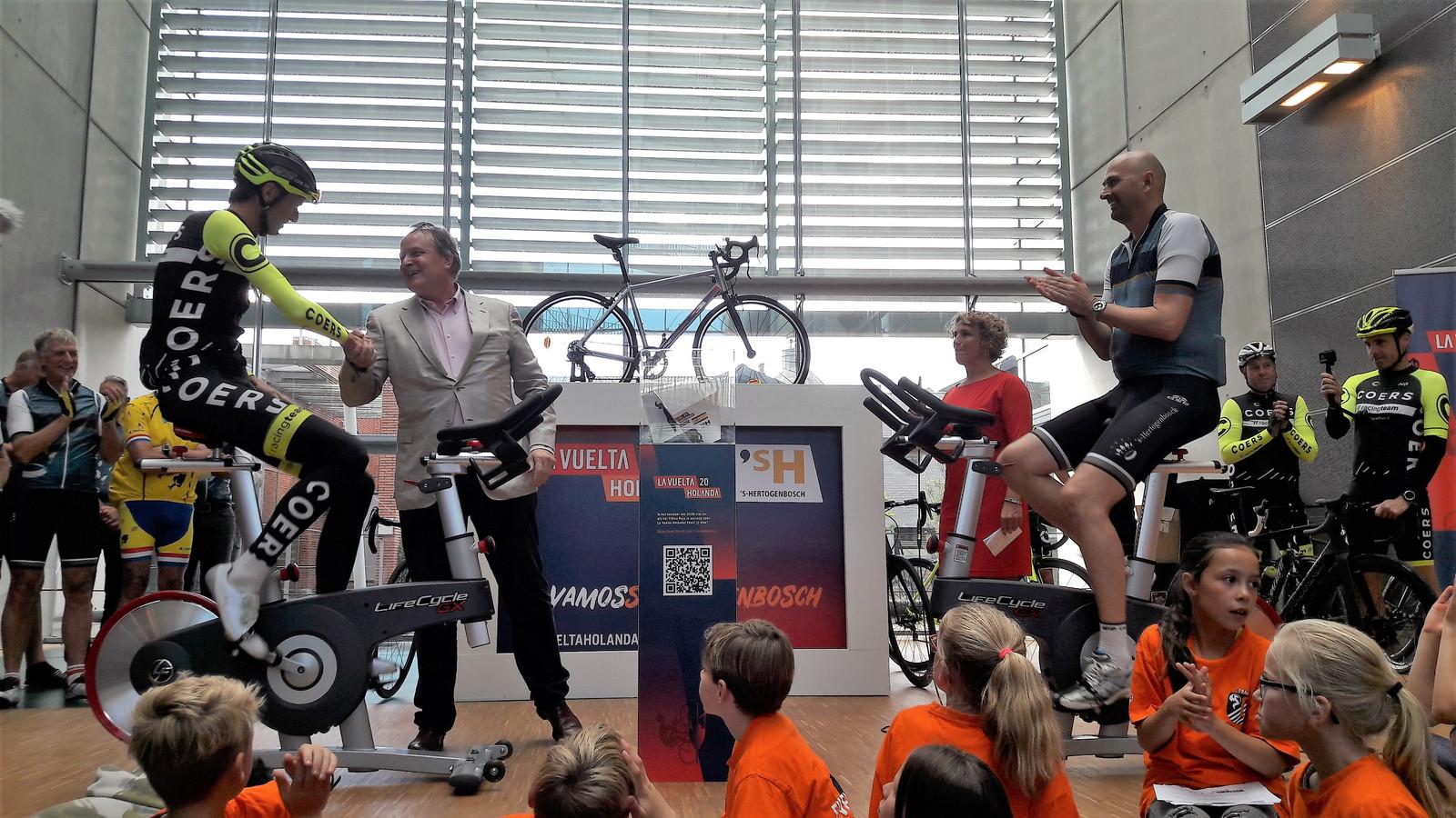 Wethouder Huib van Olden schudt de hand van Christian van Doorn van Coers. Het eerste idee voor rond de start van de tweede etappe van de Vuelta volgend jaar in Den Bosch komt van dit Bossche wielerteam.