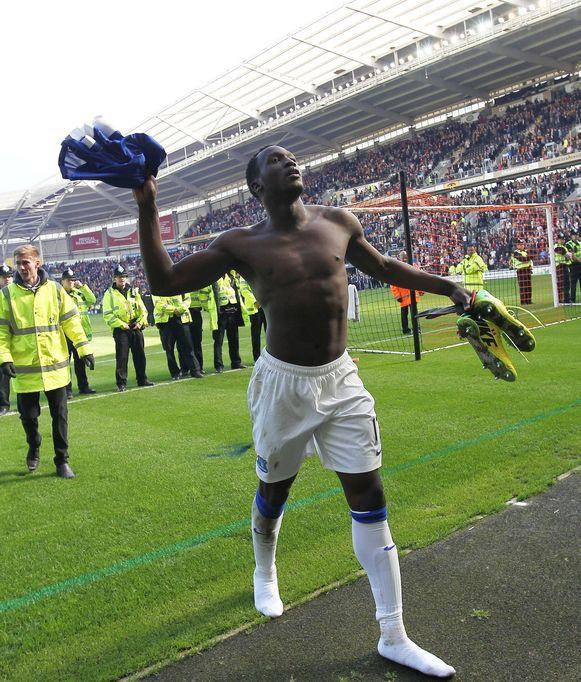 Romelu Lukaku trakteerde de meegereisde Everton-fans op zijn shirt en schoenen.