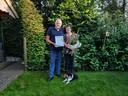 Marcel Geverink met de oorkonde, behorend bij de eretitel Official van Verdienste. Rechts zijn vrouw Gerrie en liggend hondje Bobby.