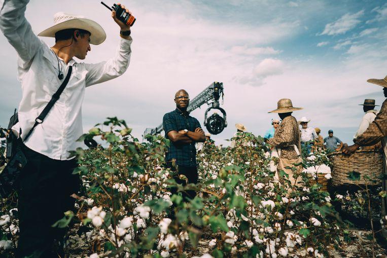Barry Jenkins (midden) op de set van The Underground Railroad. Beeld Atsushi Nishijima
