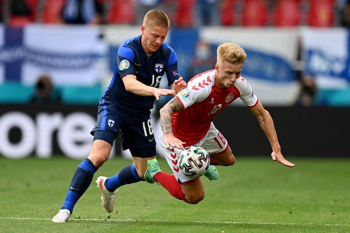 Jerre Uronen in een gevecht om de bal met Daniel Wass.