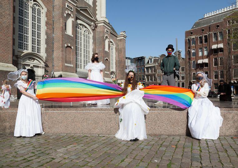 Zo'n vijftien demonstranten verzamelden zich rond het Homomonument op de Westermarkt om actie te voeren voor meerouderschap. Beeld Nina Schollaardt