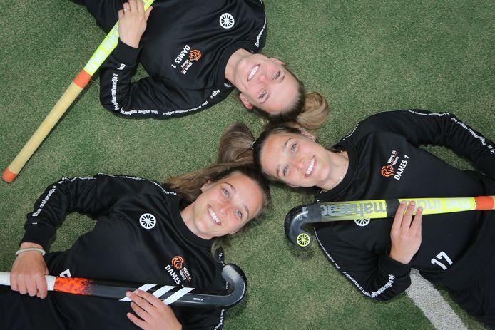De drie zussen Marle (L), Flore (R) en Rymme (Boven) van Dessel hockeyen alle drie bij Were Di in het eerste.