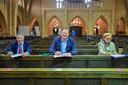 Ondertekening in de Hoevense kerk voor het nieuwe dorpshuis. Vlnr KBO-voorzitter Ad Wijnen , wethouder Thomas Melisse en Joke Kouters van de Kruisvereniging.