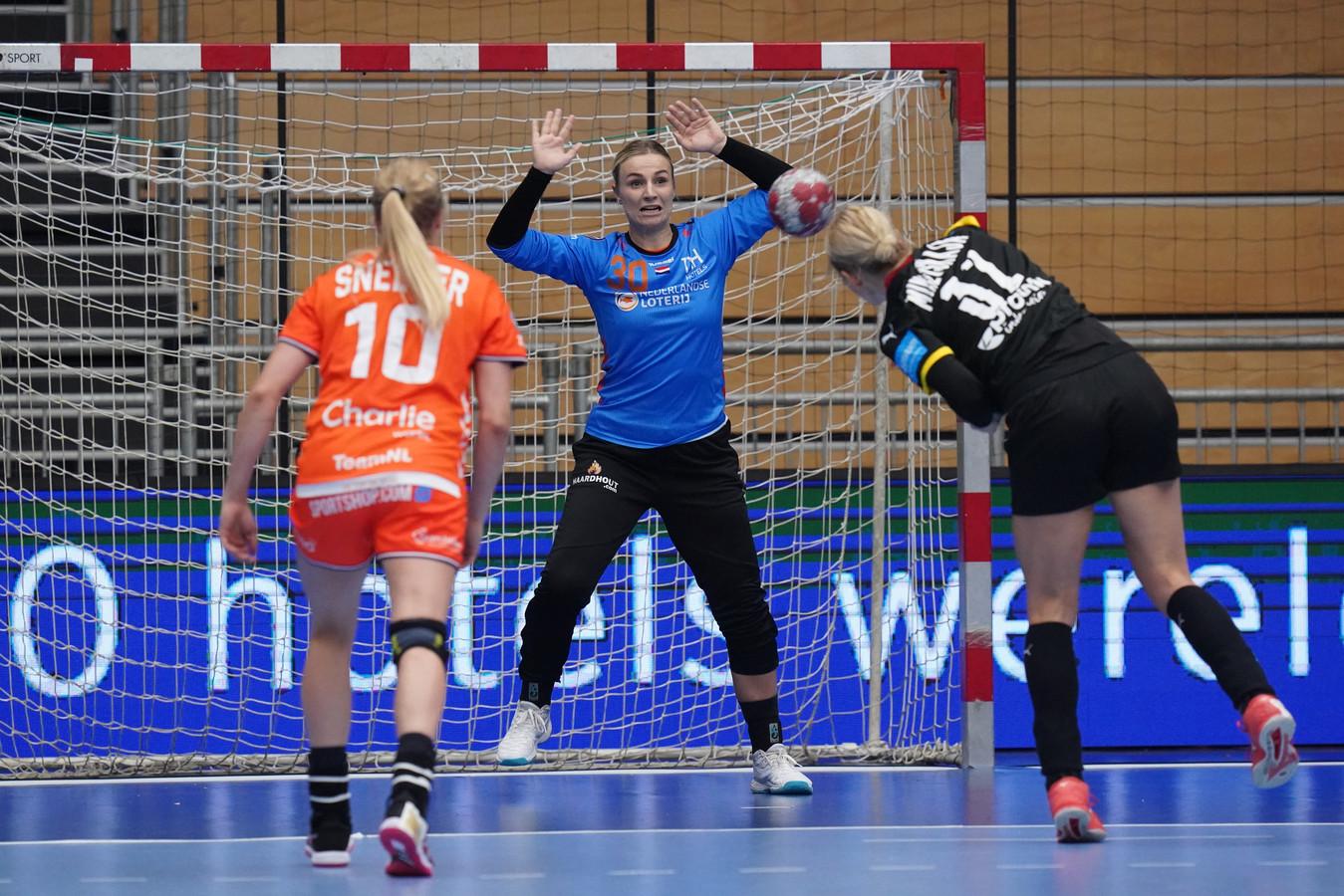 Rinka Duijndam verdedigt het doel in een oefenwedstrijd tegen Duitsland.
