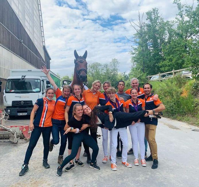 De equipe van voltigevereniging De Heerevelden uit Handel na het winnen van twee medailles op het WK voor junioren.