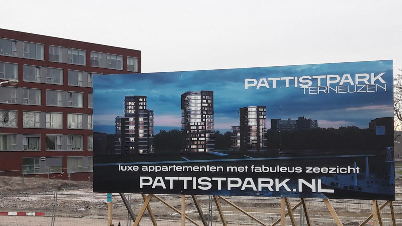 Bouwbord voor woontorens in Pattistpark aan de Westerschelde in Terneuzen, op de achtergrond het eind 2013 opgeleverde wooncomplex Máxima.