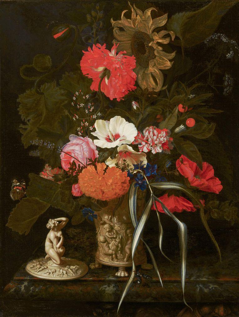 Maria van Oosterwyck: Bloemen in een versierde vaas, c. 1670 - 1675, Mauritshuis, Den Haag (te zien in Galerij Willem V). Beeld Bob Strik / Mauritshuis