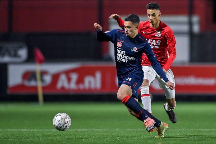 Joel Roeffen aan de  bal voor Helmond Sport tijdens zijn profdebuut tegen Jong AZ.