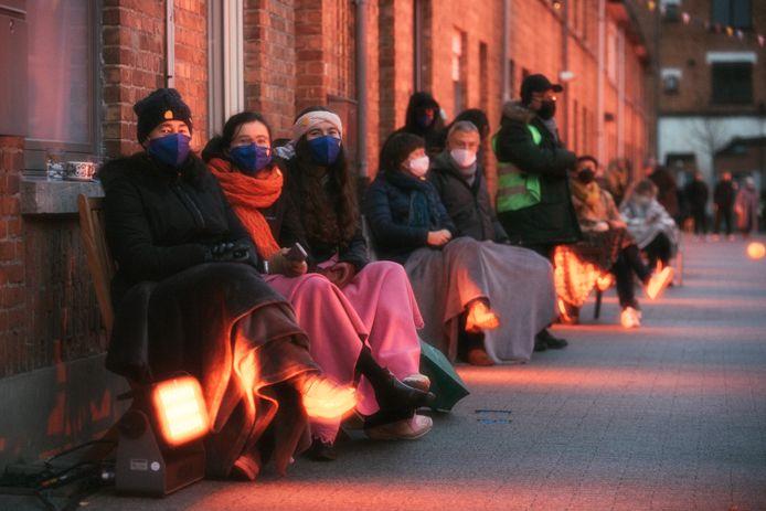 De bewoners genieten onder een dekentje.