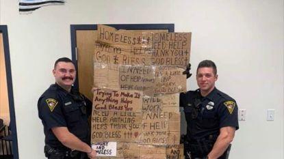 Agenten in Alabama poseren met afgepakt karton van daklozen