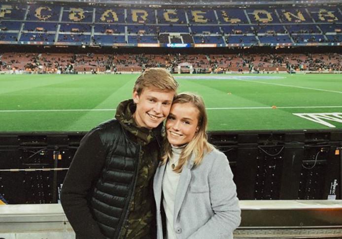 Frenkie de Jong en zijn vriendin Mikky Kiemeney in camp Nou in 2015.