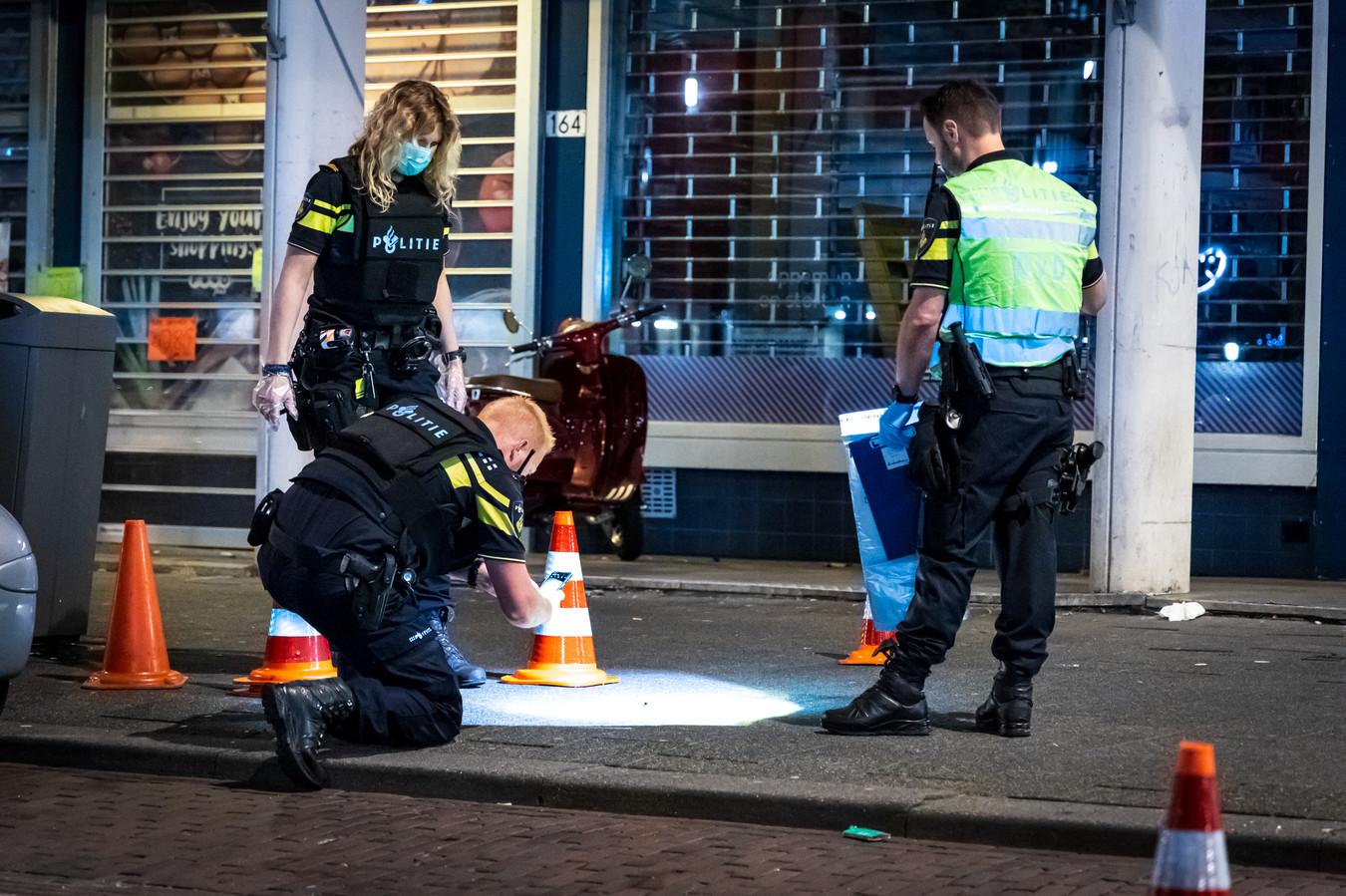 Agenten zoeken naar sporen in de Rose-Spoorstraat in Rotterdam-Feijenoord.