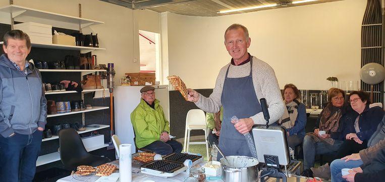 Jos Lenaerts heeft de traditie van wafelbakken weer in het leven geroepen. De buren konden het wel smaken en de kinderen ook.