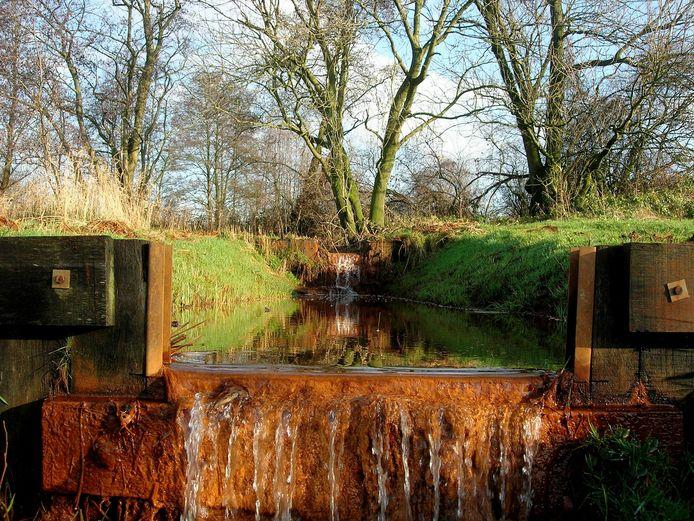Door op de breukvlakken cascade-achtig te stuwen, houd je meer water vast op de Peelhorst.