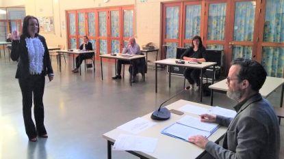 Marjan Rouseré legt eed af als nieuw raadslid tijdens coronazitting