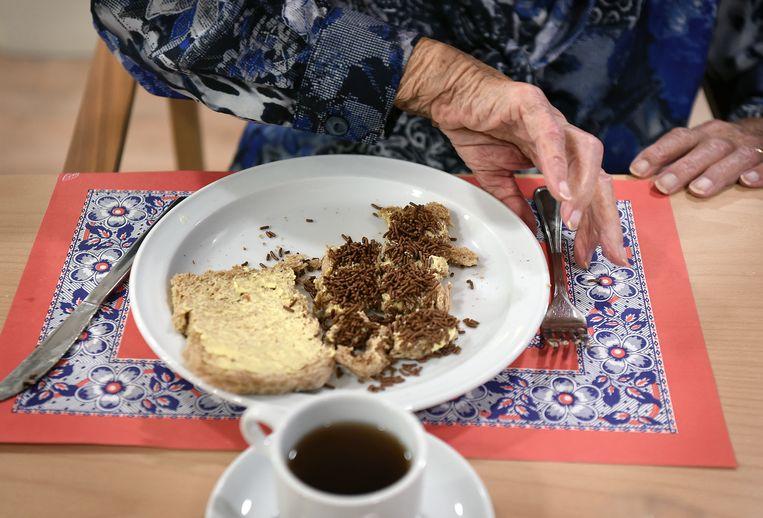 Oudere aan het ontbijt in een verpleeghuis. Beeld Marcel van den Bergh