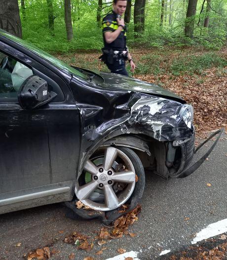 Auto knalt tegen boom en schiet de weg over het fietspad op: daar rijdt gelukkig even niemand