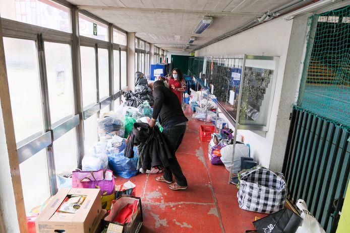 Het inzamelpunt in Anderlecht is nog maar net geopend, maar de gang ligt al bijna vol