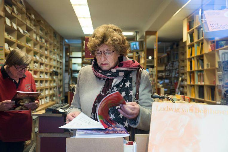 Kitty van der Pol, op zoek naar pianomuziek, schrikt van het nieuws. 'Alle kennis verdwijnt dus' Beeld Charlotte Odijk