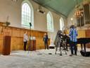 Opnames van Femke Huis (l) voor de tour in de kerk in Noordwelle.