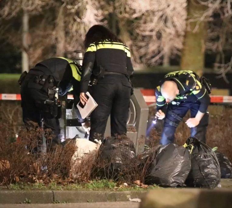 Politieonderzoek bij de container waarin de baby werd gevonden. Beeld Politie Amsterdam