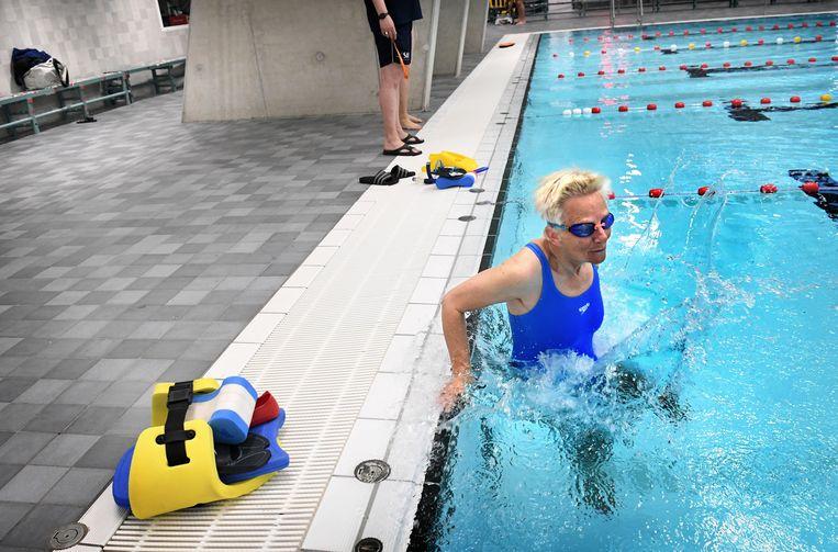 Ines zwemt voor het eerst sinds de versoepelingen weer in Amersfoort. Als eerste ook, om zes uur uur in de ochtend.  Beeld Marcel van den Bergh / de Volkskrant