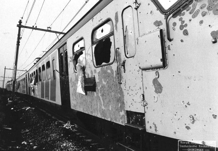 De foto toont de met kogels doorzeefde trein waarin de kapers de dood vonden in 1977. Beeld BELGAIMAGE