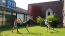 Een repetitie van TeaTime Company, een nieuw jong circusgezelschap,  in de tuin van De NWE Vorst