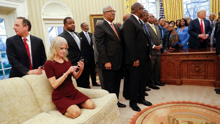 President Trump ontmoet de leiders van de HBCU (Historically Black Colleges & Universities), Kellyanne Conway op de bank. Beeld ap