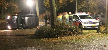 Politie vindt gekantelde auto én wapen en mogelijk drugs op parkeerplaats bij Rijssen