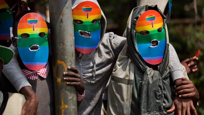 Keniaanse homoactivisten voeren een solidariteitsactie voor leden uit de LGBT-gemeenschap in Oeganda.