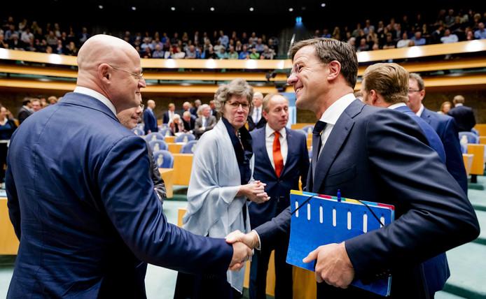 Premier Rutte schudt de nieuwe minister van Justitie en Veiligheid, CDA'er Ferdinand Grapperhaus, de hand.
