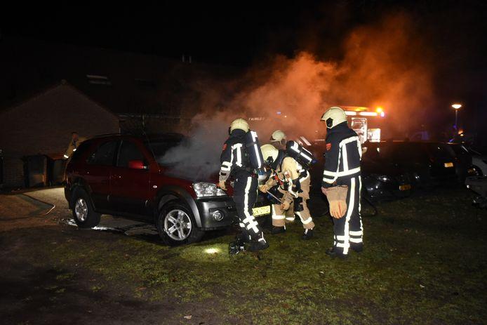 Met behulp van een hydraulische schaar wisten brandweerlieden de motorkap open te krijgen.