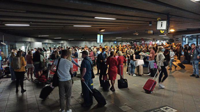 De ondergrondse parking van Brussels Airport staat vol passagiers.