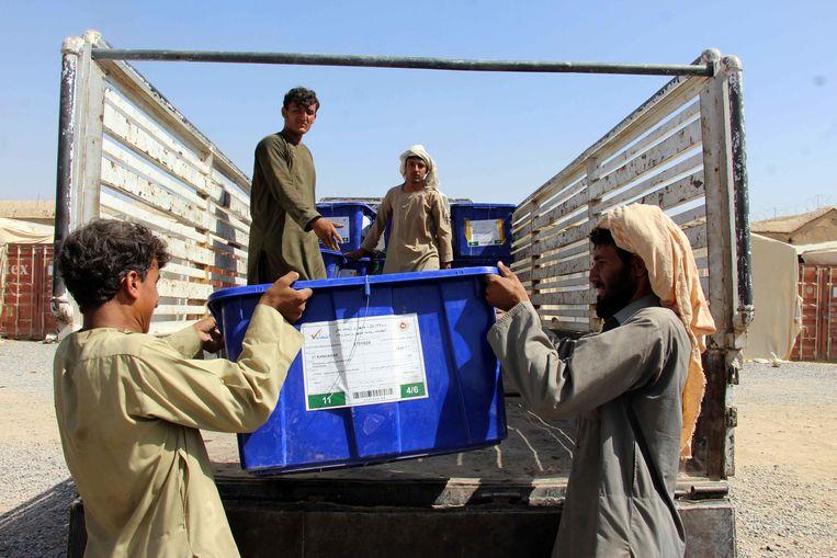 Op vrijdag worden de stembussen alvast uitgeladen in deAfghaanse stad Kandahar. Beeld Muhammad Sadiq / EPA