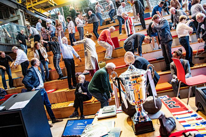 Met een grappige bewegingsoefening, liet bewegingsconsulent Jan Posthumus, de aanwezigen in de LocHal tijdens het symposium Football Memories ervaren hoe bewegen de hersenen stimuleert.