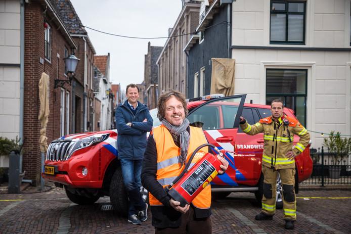 Projectleider Anthon Wolf, vrijwilliger/ondernemer Hans Schroten en brandweerpostcommandant Arjan Bruijnes (vlnr): deelnemers aan de proef met 'burgerblussers' in Elburg.