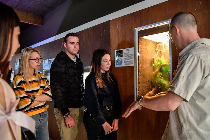 De bezoekers krijgen uitleg over de python.