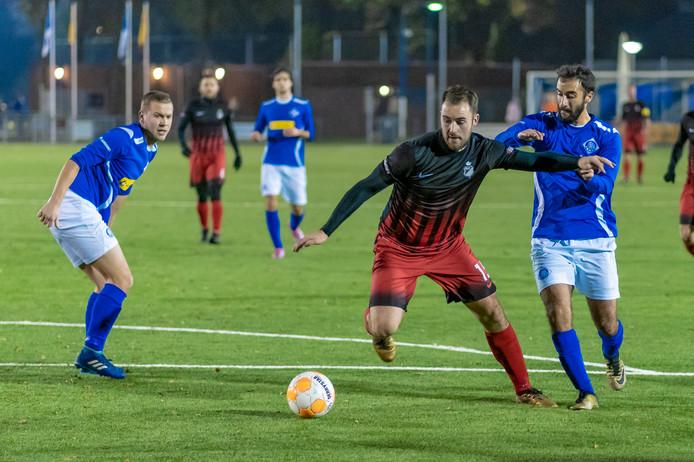 RKHVV-speler Hamdi Tasci (rechts) probeert Evert Römer van Silvolde af te stoppen.