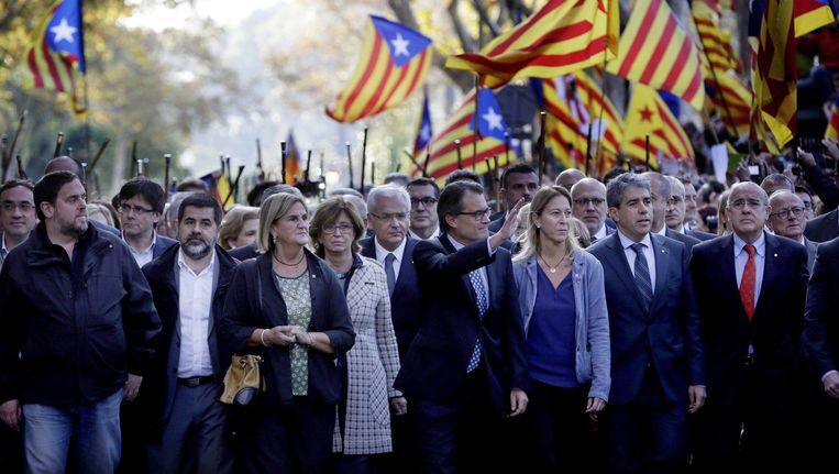 Twee weken geleden steunden 400 Catalaanse burgemeesters de nationalistische leider Artur Mas (vierde van rechts). Die moest zich verantwoorden voor het uitroepen van een referendum over onafhankelijkheid. Beeld © epa