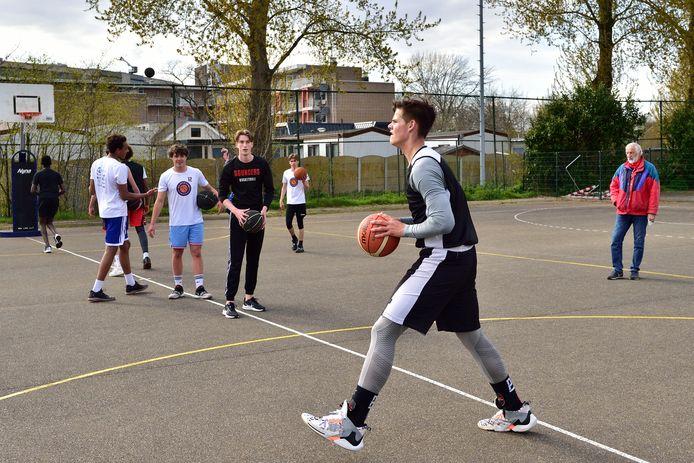 De basketballers van Bouncers moeten voor de buitentrainingen hun eigen bal meenemen.