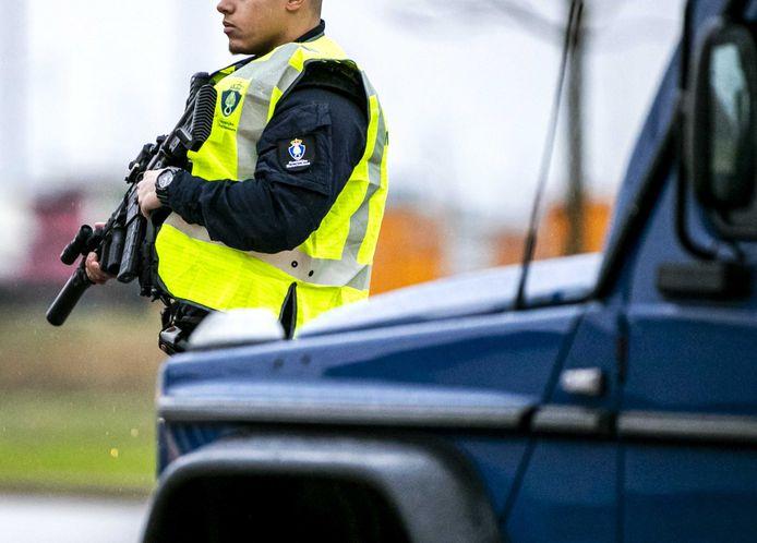 Beveiliging bij de extra beveiligde rechtbank op Schiphol voor een zitting in het grote liquidatieproces Marengo.
