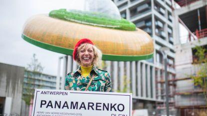 """Weduwe Panamarenko hard voor cultuurbeleid tijdens inhuldiging Panamarenkoplein: """"Hoe kan een kunstenaar brood op de plank brengen als er geen planken zijn om op te spelen?"""""""