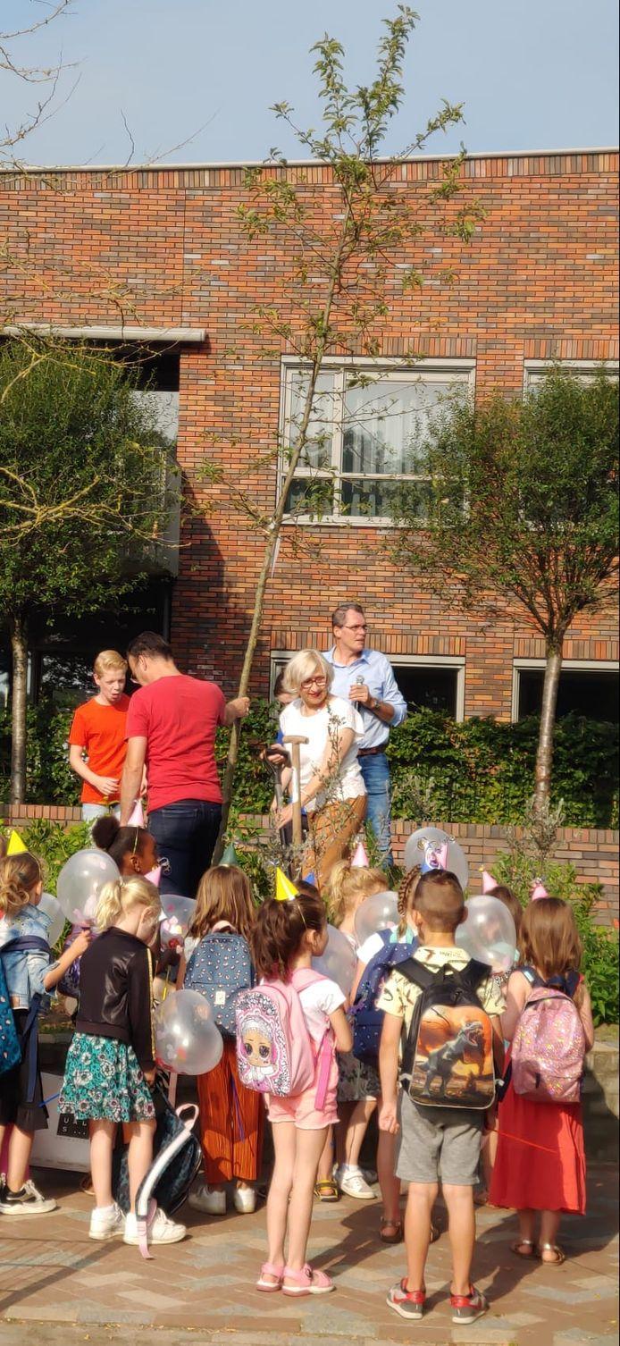 Als afscheidscadeaus kreeg juffrouw Lilian een boom en een spel 'Wie is het' met de gezichtjes van kinderen van de Starrebos