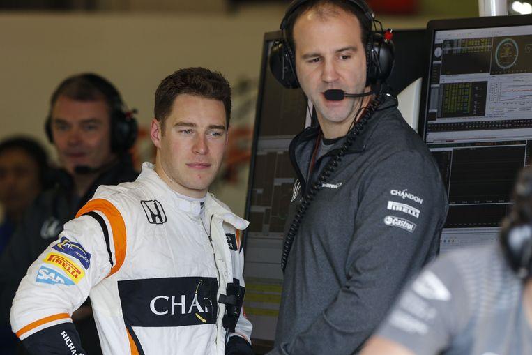 Stoffel Vandoorne overlegt met de McLaren-ingenieurs tijdens de tests in Spanje. Beeld Photo News