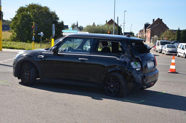 De Mini Cooper werd achteraan aangereden door een vrachtwagen